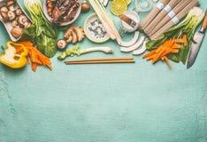 Asiatisk matbakgrund med smakliga ingredienser: Mu felar champinjoner, olika grönsaker, pok choi, kokosnöt mjölkar, lemongrass arkivfoto
