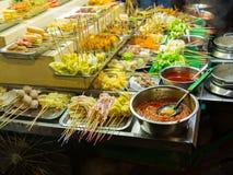asiatisk matgata Folk som lagar mat, säljer och köper exotiska Asi royaltyfri fotografi