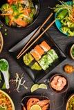 Asiatisk mattabell med den olika sorten av kinesisk mat Arkivfoto