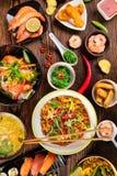 Asiatisk mattabell med den olika sorten av kinesisk mat Arkivbilder