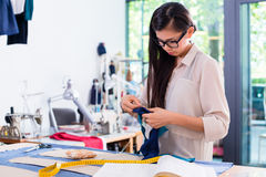Asiatisk modell för snitt för utkast för kvinna för modeformgivare royaltyfria bilder