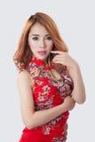 Asiatisk modell som poserar på vit säng Arkivfoto