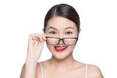 Asiatisk modellflicka för skönhet med bärande exponeringsglas för perfekt hud, isola Arkivfoto