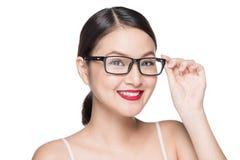 Asiatisk modellflicka för skönhet med bärande exponeringsglas för perfekt hud, isola Fotografering för Bildbyråer