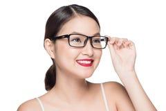 Asiatisk modellflicka för skönhet med bärande exponeringsglas för perfekt hud, isola Royaltyfri Bild