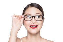 Asiatisk modellflicka för skönhet med bärande exponeringsglas för perfekt hud, isola Royaltyfri Fotografi