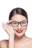 Asiatisk modellflicka för skönhet med bärande exponeringsglas för perfekt hud, isola Arkivbilder