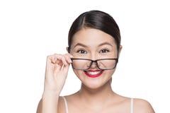Asiatisk modellflicka för skönhet med bärande exponeringsglas för perfekt hud, isola Royaltyfria Bilder