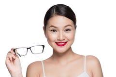 Asiatisk modellflicka för skönhet med bärande exponeringsglas för perfekt hud, isola Arkivfoton
