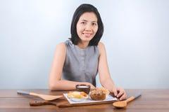Asiatisk moder för skönhet med hennes frukost Fotografering för Bildbyråer