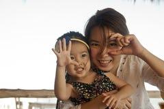 Asiatisk moder och hennes dotter Arkivbild