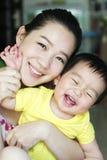 Asiatisk moder och hennes son Arkivbild