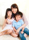 Asiatisk moder och ungar arkivfoto
