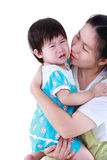 Asiatisk moder som kramar för att trösta hennes dotter med förälskelse isolate Royaltyfria Foton