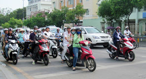 Asiatisk mopedfolkmassatrafik på gatan Royaltyfria Foton
