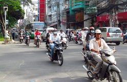Asiatisk mopedfolkmassatrafik på gatan Royaltyfri Bild