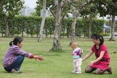 Asiatisk mormor, sondotter, mamma Arkivfoton
