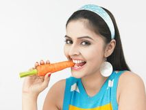 asiatisk morot som äter kvinnan Arkivbilder
