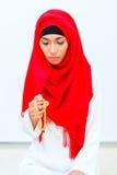 Asiatisk muslimsk kvinna som ber med pärlkedjan Royaltyfri Fotografi