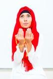 Asiatisk muslimsk kvinna som ber med pärlkedjan Arkivfoto