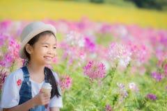 Asiatisk nätt liten flicka Arkivfoto