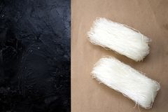 Asiatisk okokt vermiceller Flera packar eller rullar av torkade nudlar för stärkelsemung bönor, potatis-, ris-, exponeringsglas-  arkivfoton