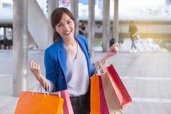 Asiatisk påse för shopping för för kvinnashoppingleende och innehav med shoppi Royaltyfria Foton