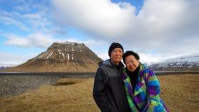 Asiatisk pensionär på vägtur i Europa, Island foto på gränsmärket arkivfoton