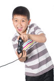 Asiatisk pojke med en styrspak som spelar videospel som isoleras på vit bakgrund Royaltyfria Bilder