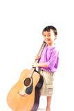 Asiatisk pojke med gitarren Arkivfoton
