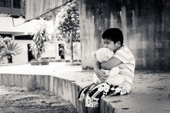 Asiatisk pojke som är ledsen bara i parkera, svartvit signal Arkivfoton