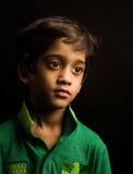 Asiatisk pojke som isoleras på svart Fotografering för Bildbyråer