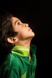 Asiatisk pojke som isoleras på svart Arkivbild