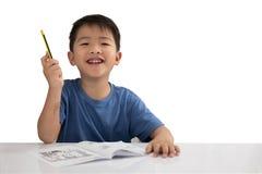 Asiatisk pojke som lyfter hans hand för idébegrepp som isoleras på vit b royaltyfria bilder