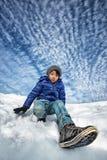 Asiatisk pojke som spelar i snö royaltyfria foton