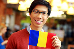 Asiatisk pojkeinnehavflagga av Rumänien Royaltyfri Fotografi