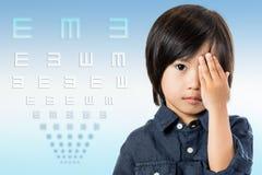 Asiatisk pojkeprovningsvision med diagrammet Arkivfoton
