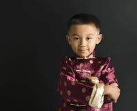 asiatisk pojkestående Arkivfoto