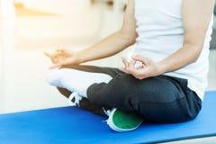 Asiatisk praktiserande yoga för hög man kopiera avstånd royaltyfria bilder