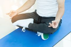 Asiatisk praktiserande yoga för hög man kopiera avstånd arkivbild
