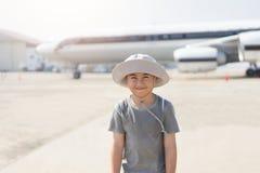 Asiatisk pys på flygplatsen för lopp fotografering för bildbyråer