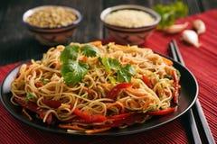 Asiatisk sallad med risnudlar och grönsaker, koreansk stilkokkonst Royaltyfri Bild