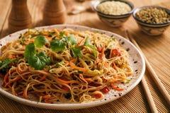 Asiatisk sallad med risnudlar och grönsaker, koreansk stilkokkonst Arkivbilder