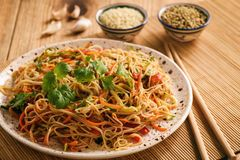Asiatisk sallad med risnudlar och grönsaker, koreansk stilkokkonst Arkivbild
