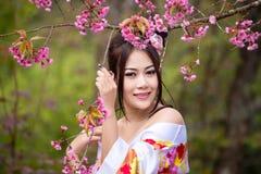 Asiatisk sexig kvinna som bär den traditionella japanska kimonot Royaltyfria Foton