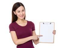 Asiatisk show för ung kvinna med den tomma sidan av skrivplattan Royaltyfri Foto