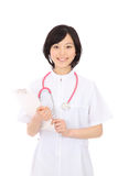 Asiatisk sjuksköterska med en clipboard Royaltyfri Bild