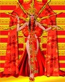 Asiatisk skönhet med den röda och guld- fantasidräkten och bakgrund Royaltyfria Bilder