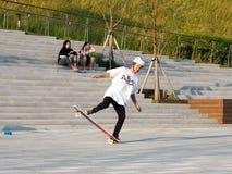 Asiatisk skateboradåkare fotografering för bildbyråer