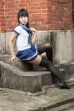 Asiatisk skolflicka i enhetlig yttersidaskola Royaltyfri Bild